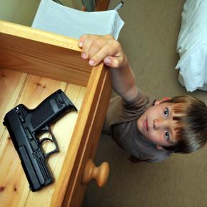 """Raport Amerykańskiej Akademii Pediatrycznej: """"dzieci"""" i broń palna"""